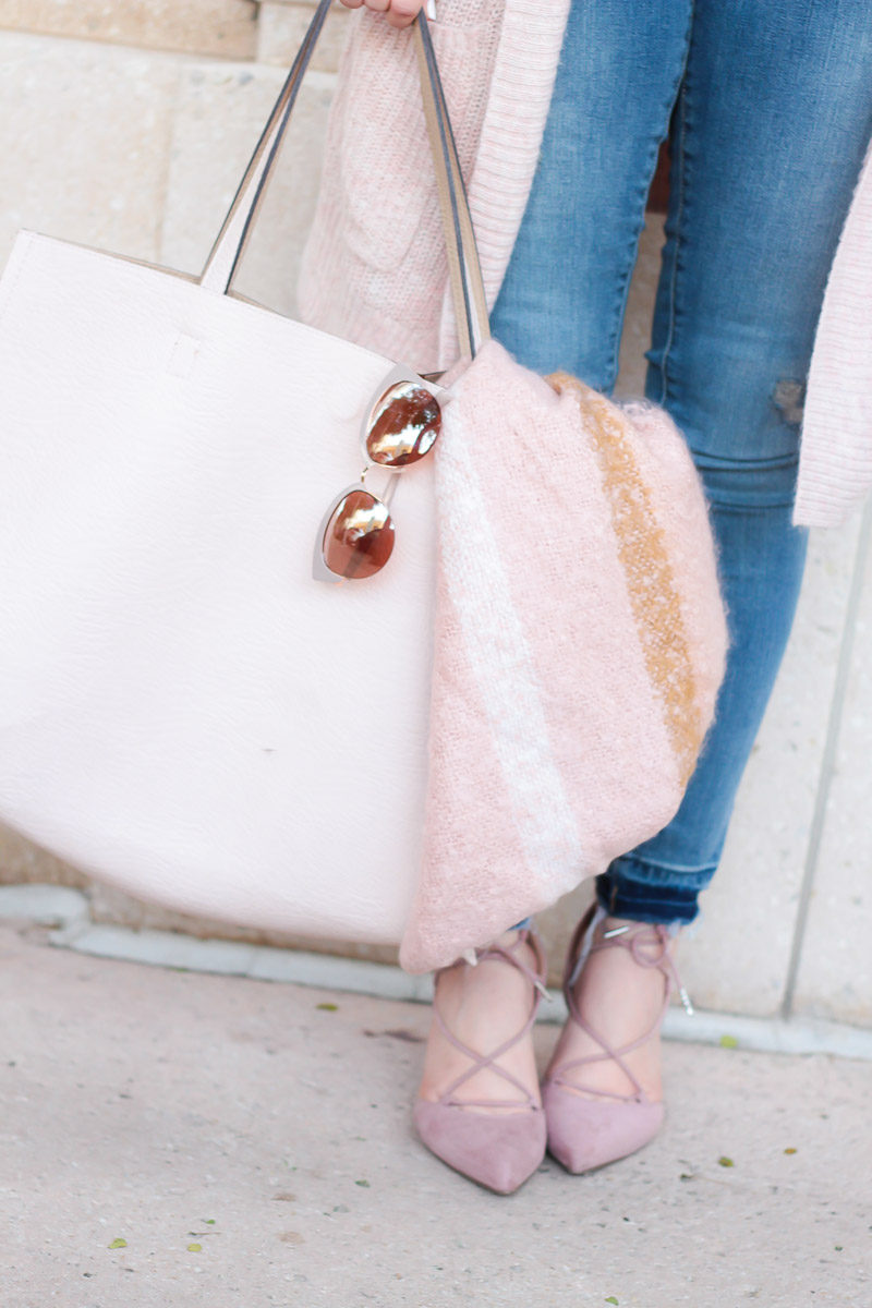 Miami fashion blogger Stephanie Pernas of A Sparkle Factor pairs jeans with a blush bag and cozy blanket scarf