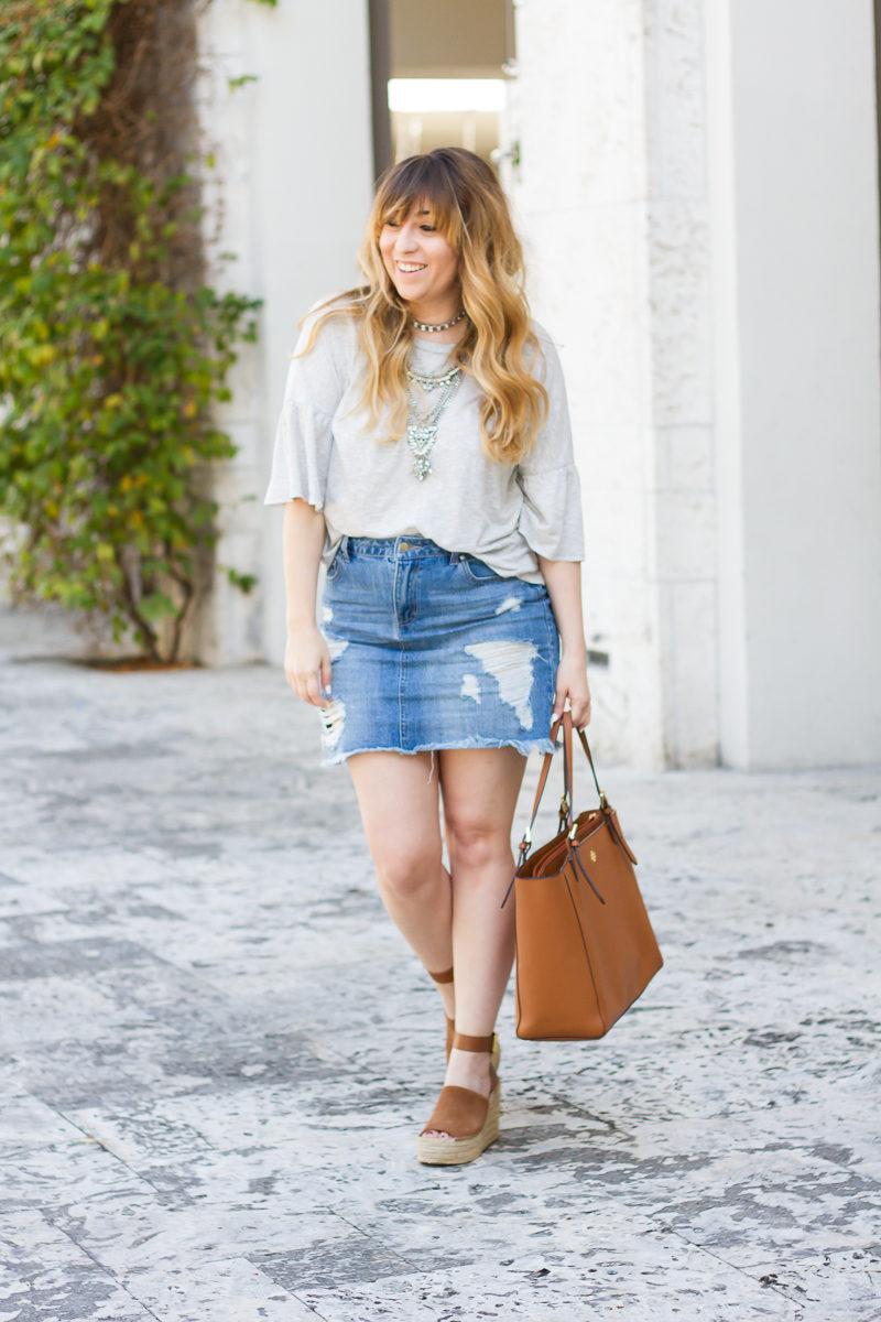 Miami fashion blogger Stephanie Pernas wearing a spring jean skirt outfit idea