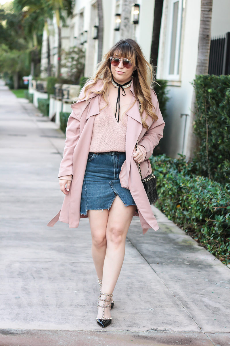 Miami fashion blogger Stephanie Pernas wearing a pink Forever 21 trench coat and Valentino Rockstud dupes