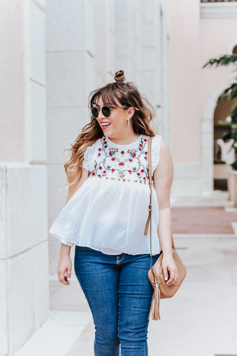 Embroidered babydoll top and jeans outfit idea_-3