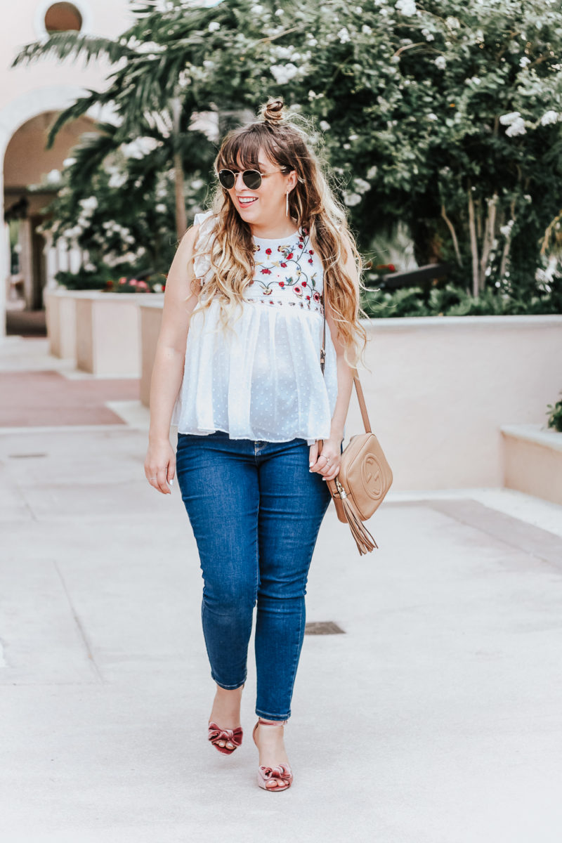 Embroidered babydoll top and jeans outfit idea_-8