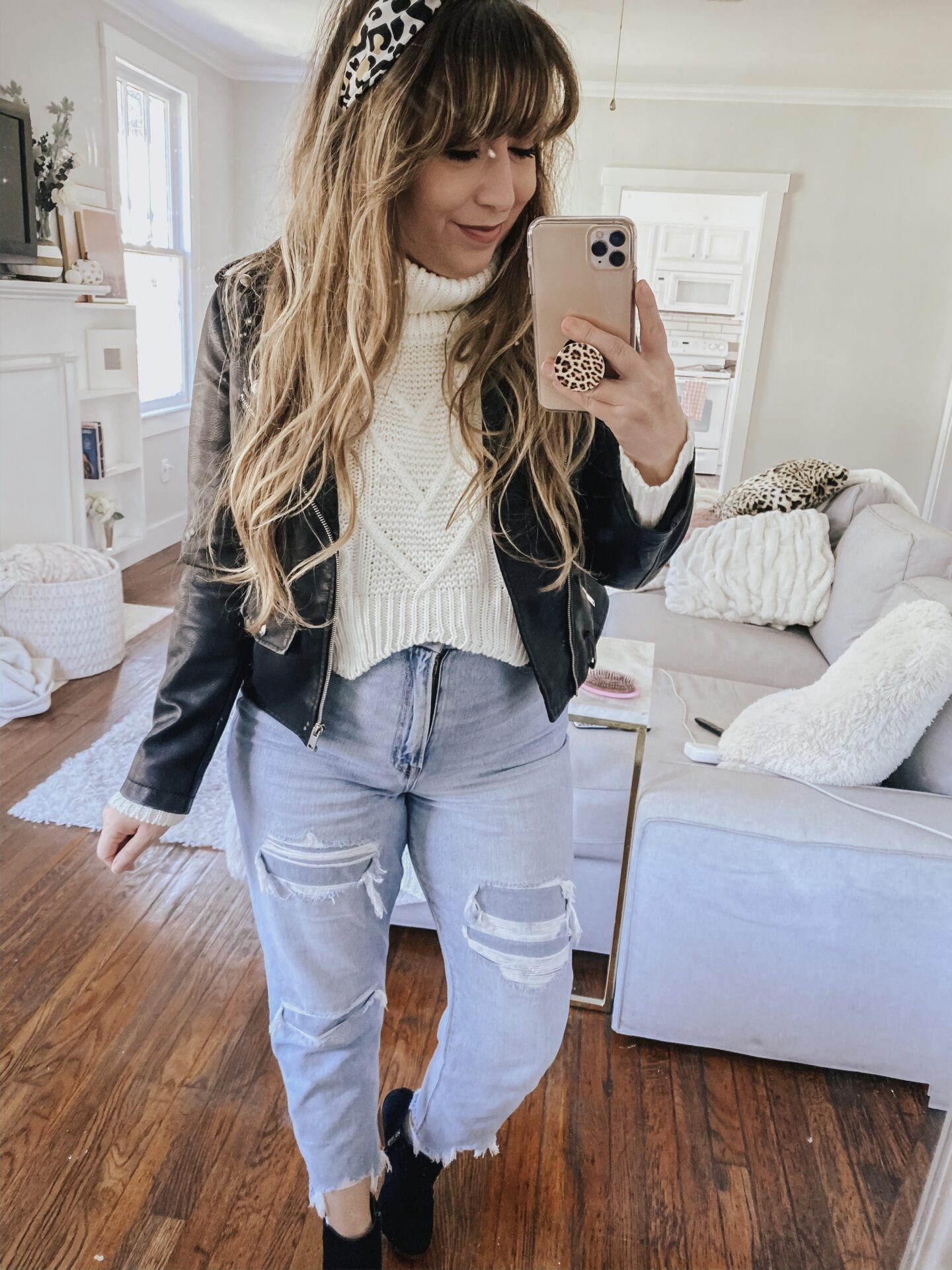 Daily outfit: leather moto jacket, chunky turtleneck and mom jeans fall outfit idea